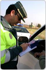 Agente de tráfico poniendo una multa